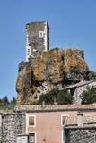 Le rovine del castello nella città medievale fotografie stock
