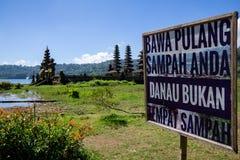 Le rovine del tempio indù del segno del bordo di Pura Hulun Danu non sporcano con prudenza nel lago Tamblingan, Bali, Indonesia fotografia stock