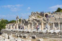 Le rovine della città antica antica di Ephesus i locali della biblioteca di Celso, delle tempie dell'anfiteatro e delle colonne C Fotografia Stock