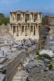 Le rovine della città antica antica di Ephesus i locali della biblioteca di Celso, delle tempie dell'anfiteatro e delle colonne C Fotografie Stock