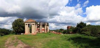 Le rovine della proprietà all'antica del paese e della chiesa Immagini Stock Libere da Diritti