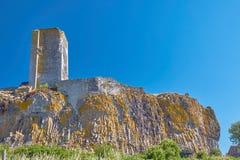 Le rovine della torre di un castello medievale su una roccia Immagine Stock