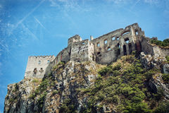 Le rovine di Beckov fortificano sull'alta roccia Immagine Stock