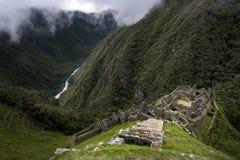 Le rovine di inca di Winay Wayna e la valle circostante, lungo Inca Trail a Machu Picchu nel Perù Fotografia Stock
