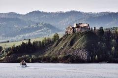 Le rovine di un castello medievale sulla laguna immagini stock