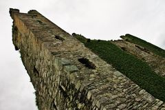 Le rovine di vecchia torre fortificano in Irlanda Immagini Stock