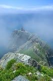Le rovine di vecchio faro, sulle alte banche coperte di nebbia fotografie stock