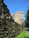 Le rovine ed altri del castello, Northumberland immagini stock