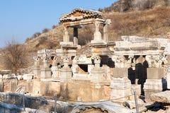 Le rovine romane della casa della gente ricca con le colonne di pietra remano in ephesus immagini stock