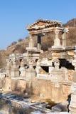 Le rovine romane della villa della gente ricca con le colonne di pietra remano in ephesus fotografia stock libera da diritti