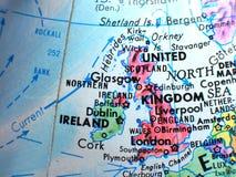 Le Royaume-Uni et l'Irlande concentrent le macro tir sur la carte de globe pour des blogs de voyage, le media social, des bannièr Images stock