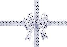 Le ruban blanc de cadeau avec le noir pointille le ruban et l'arc d'isolement Photo stock