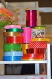 Le ruban de couleur pour emballer fleurit l'éclat de beaucoup de couleurs de differents Images libres de droits