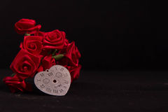 Le ruban de rose de rouge et le coeur intemporel synchronisent Photo stock