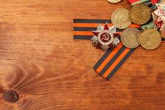 Le ruban et les médailles de George pour la victoire sur l'Allemagne sur un en bois Photo libre de droits