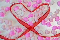 Le ruban rouge en forme de coeur Images stock