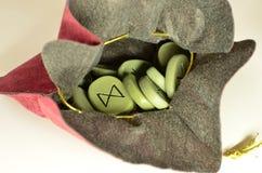 le rune nella borsa Fotografie Stock