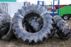 Le ruote dei trattori si stancano e delle attrezzature dell'azienda agricola in Immagine Stock