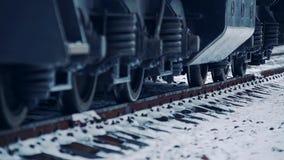 Le ruote del treno vanno sulle rotaie locomotiva diesel che passa le rotaie video d archivio