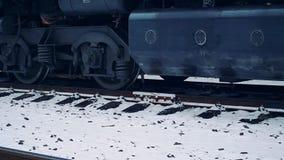 Le ruote del treno vanno sulle rotaie locomotiva diesel nell'inverno archivi video