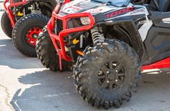 Le ruote di atv quad le bici parcheggiate alla via della città fotografia stock libera da diritti
