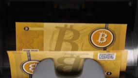 Le ruote girano in tondo e le banconote di Bitcoin cadono video d archivio