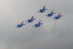 Le Russe adoube les combattants acrobatiques aériens de Sukhoi Su-27 d'équipe à MAKS Airshow 2015 Photos libres de droits