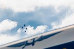 Le Russe adoube les combattants acrobatiques aériens de Sukhoi Su-27 d'équipe à MAKS Airshow 2015 Image libre de droits