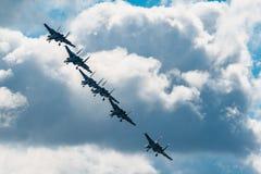 Le Russe adoube les combattants acrobatiques aériens de Sukhoi Su-27 d'équipe à MAKS Airshow 2015 Photographie stock