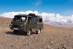 Le Russe célèbre Dirty Off-Road Van UAZ - 452 de la vie quotidienne s'appelle le ` de pain de ` dans la perspective des crêtes co image stock