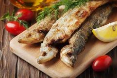 Le Russe traditionnel a fait cuire l'éperlan de poissons Images stock