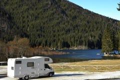 Le rv a stationné au lac photographie stock
