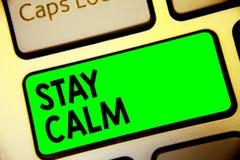 Le séjour des textes d'écriture de Word calment Concept d'affaires pour Maintain dans un état de clé verte de clavier de mouvemen image stock