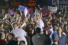 Le sénateur John Kerry agissant l'un sur l'autre avec la foule au rassemblement extérieur de Kerry Campaign, Kingman, AZ Photo stock