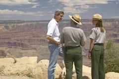 Le sénateur John Kerry parlant avec 2 gardes forestières à la jante d'Angel Lookout intelligent, Grand Canyon, AZ photographie stock