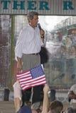 Le sénateur John Kerry parlant de l'étape au rassemblement extérieur de Kerry Campaign, Kingman, AZ Photo libre de droits