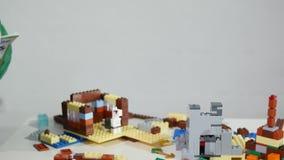 ` Jouer S Remet D'enfant De Petites Le LegoMains Avec D'un Briques zUSpMV