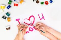 Le ` s d'enfant remet peindre un coeur Image stock