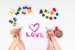 Le ` s d'enfant remet peindre un coeur Photographie stock libre de droits