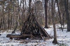 Le ` s d'enfants a jeté ou une hutte dans la forêt photographie stock libre de droits