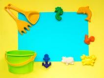 Le ` s d'enfants joue pour le sable sur le fond jaune photo libre de droits