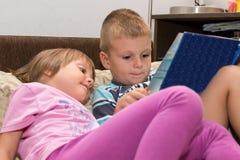 Le ` s d'enfants a lu des contes de fées image stock