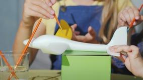 Le ` s d'enfants remet avec la peinture de brosses le modèle des avions Jeux se développants avec des enfants clips vidéos