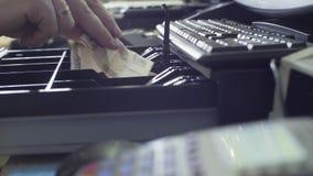 Le ` s d'homme remet la boîte d'argent liquide d'ouverture clips vidéos