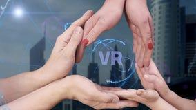 Le ` s d'hommes, le ` s de femmes et les mains du ` s d'enfants montrent un hologramme VR banque de vidéos