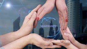 Le ` s d'hommes, le ` s de femmes et les mains du ` s d'enfants montrent une garantie d'hologramme banque de vidéos