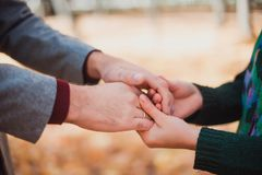 Le ` s d'hommes et les mains du ` s de femmes sont liés une date romantique Fond d'automne photo stock