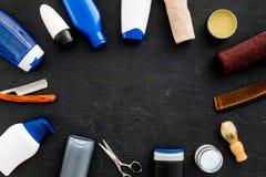 Le ` s d'hommes a placé pour le corps, le massage facial et les soins capillaires quotidiens Shampooing, gel, outils pour balayer Photo libre de droits