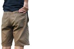 Le ` s d'hommes prennent son portefeuille de sa poche de shorts sur le fond blanc Images libres de droits