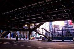 Le ` s de Chicago a élevé le système de transport de ` d'EL de ` - escaliers amenant à la plate-forme de train images libres de droits